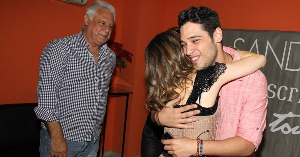 9.dez.2012 - Sandy recebe Antonio Fagundes e seu filho Bruno em seu último show do álbum solo