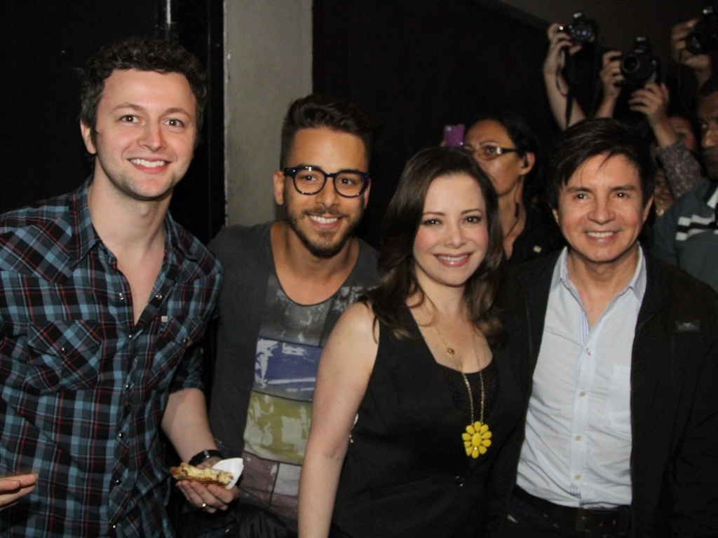 9.dez.2012 - Sandy recebe sua famlia, Lucas Lima, Junior, Noely e Xoror, em seu ltimo show do lbum solo 