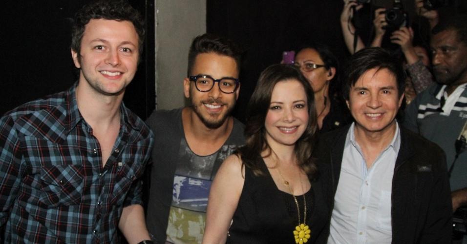 9.dez.2012 - Sandy recebe sua família, Lucas Lima, Junior, Noely e Xororó, em seu último show do álbum solo