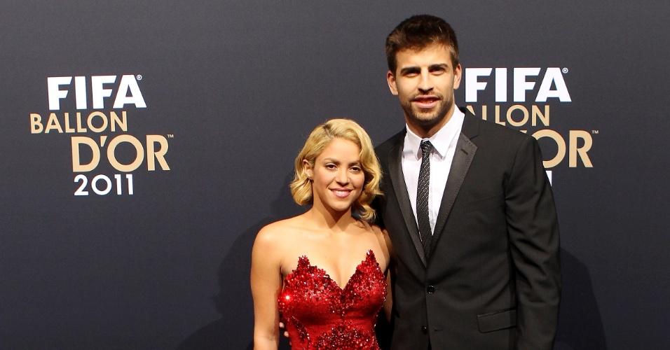 09.jan.2012 - Piqué, defensor do Barcelona, e sua namorada, a cantora Shakira, chegam à premiação Bola de Ouro Fifa