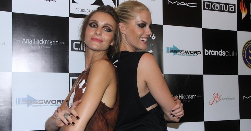 10.dez.2012 - Ana Hickmann e sua irmã Isabel Hickmann participam do desfile da coleção de inverno da Sumemo, marca de roupas e acessórios, que aconteceu no estúdio Emme, localizado no bairro de Pinheiros, em São Paulo