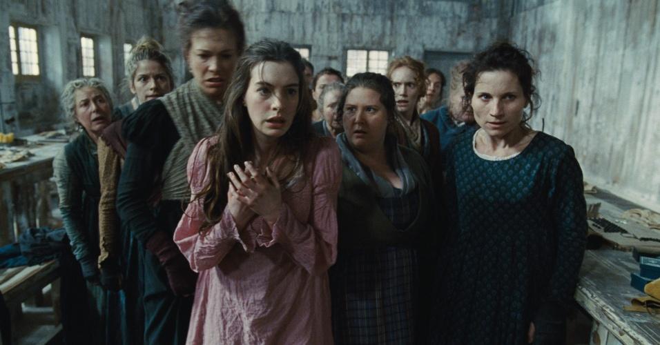 """10.dez.2012 - Anne Hathaway no el papel de Fantine, em uma cena do filme """"Os Miseráveis"""". Dirigido por Tom Hooper (""""O Discurso do Rei"""") e baseado no livro homônimo de Victor Hugo, o longa estreia no Brasil em fevereiro de 2013"""