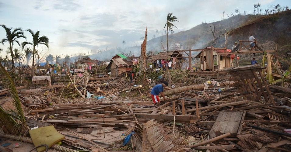 10.dez.2012 - Moradores da cidade de Boston, na província filipina de Davao Oriental, tentam reconstruir suas casas após a passagem do tufão Bopha
