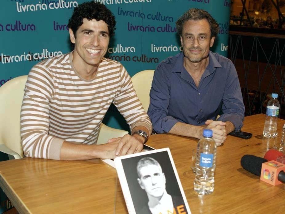 11.12. 2012 - Acompanhado por Guilherme Fiuza (dir.), escritor responsável por levar sua vida para os livros, o ator Reynaldo Gianecchini lança a biografia