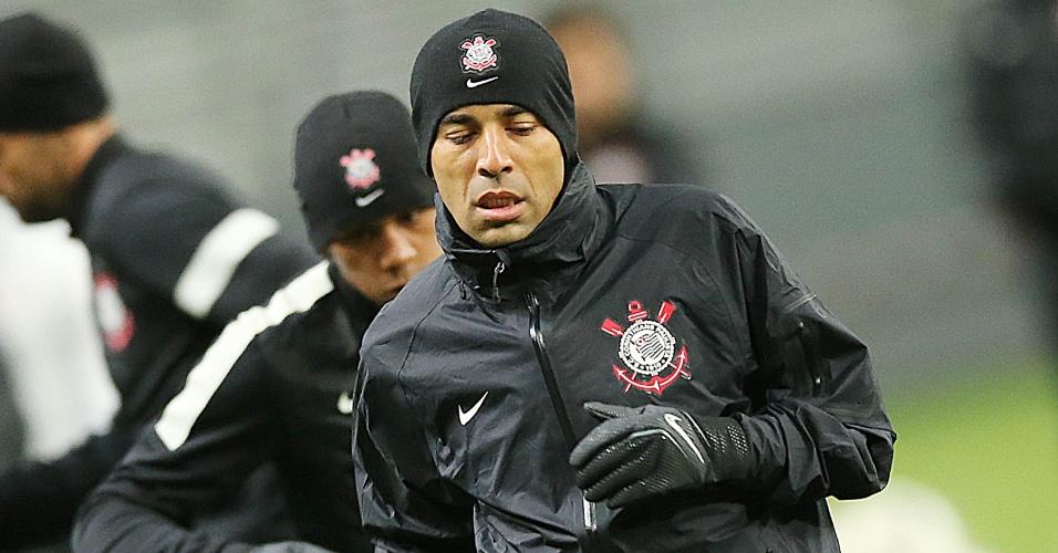 11.dez.2012 - Bem agasalhado, atacante Emerson Sheik faz aquecimento antes do último treino antes da estreia no Mundial