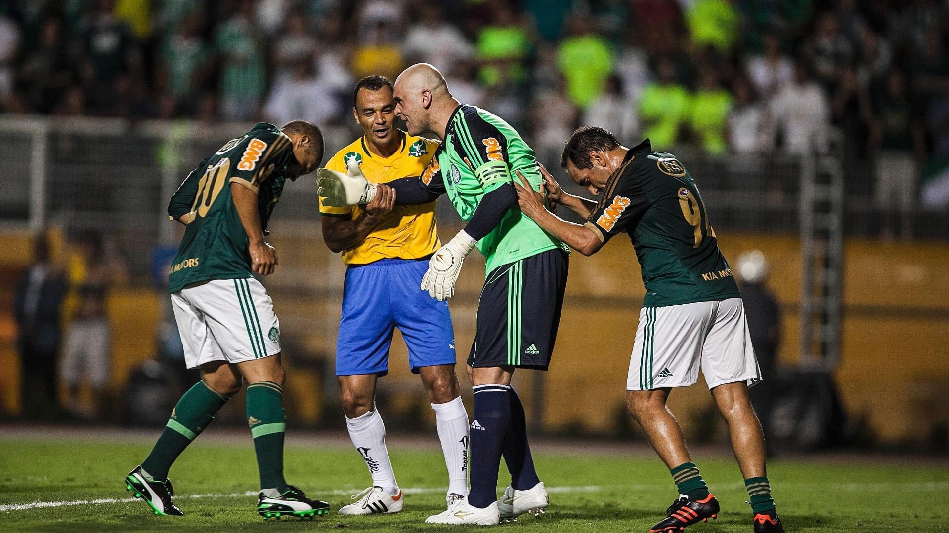 11.dez.2012 - Edmundo, Cafu e Alex empurram Marcos para que o goleiro cobre pênalti a favor do Palmeiras de 99 em seu jogo de despedida no Pacaembu