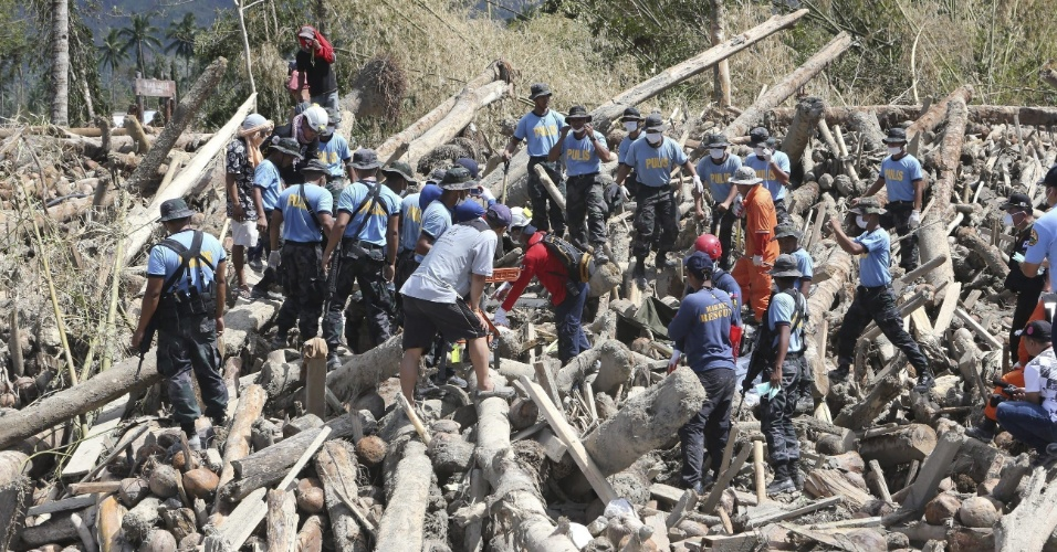 11.dez.2012 - Equipes de resgate ainda procuram sobreviventes, em Valle de Compostela, uma semana após a passagem do tufão Bopha pelas Filipinas