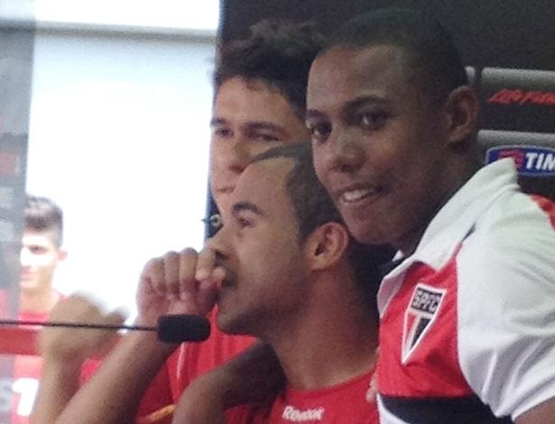 11.dez.2012 - Lucas chora amparado pelos colegas Wellington e Oswaldo após o treino do São Paulo; meia concedeu sua última entrevista coletiva no CT do clube antes de transferir-se para o PSG, da França