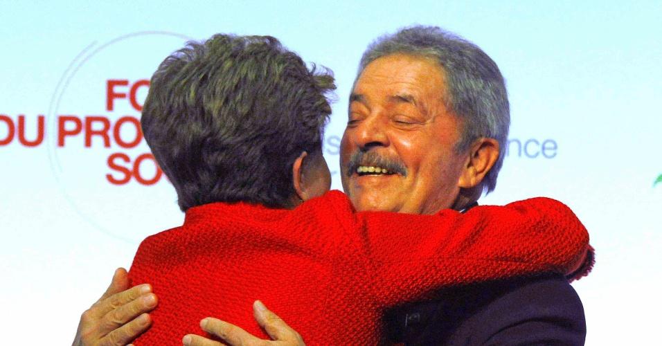 O ex-presidente Luiz Inácio Lula da Silva abraça a presidente Dilma Rousseff durante o Fórum do Progresso Social, nesta terça (11), em Paris, evento organizado pelo Instituto Lula e pela Fundação Jean Jaurès - vinculada ao Partido Socialista Francês