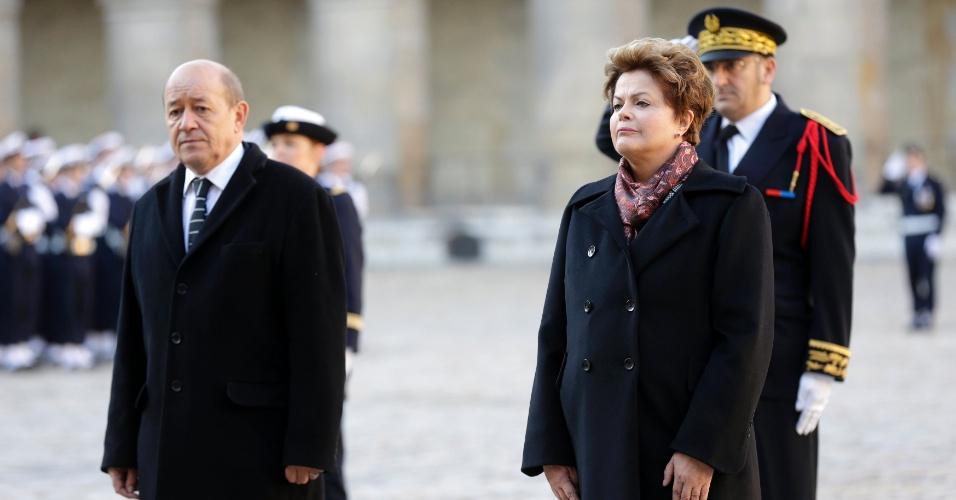 11.dez.2012 - O ministro da Defesa francês, Jean-Yves Le Drian, recebe a presidente Dilma Rousseff em cerimônia militar em Paris