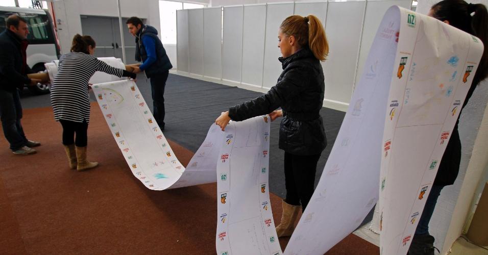 11.dez.2012 - Organizadores enrolam carta de 1.500 metros de comprimento com pedidos de crianças ao Papai Noel, durante tentativa de bater o recorde da maior carta de Natal do mundo, em Pantelimon, cidade próxima a Bucareste, na Romênia