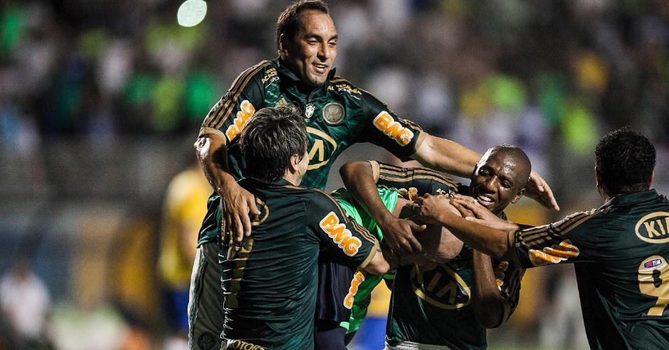 11.dez.2012-Jogadores do Palmeiras de 99 comemoram com Marcos gol de pênalti marcado pelo goleiro em seu jogo de despedida