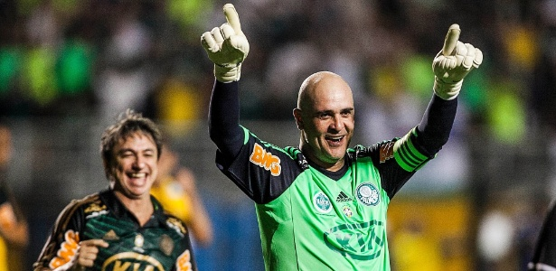 Marcos comemora marcou gol de pênalti na sua partida de despedida do futebol