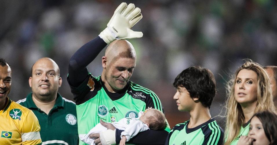 11.dez.2012-Marcos entra em campo com o filho de colo para seu jogo de despedida no Pacaembu