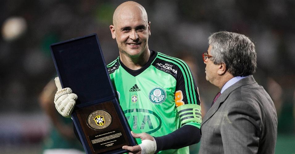 11.dez.2012-Marcos recebe homenagem da CBF antes do jogo de sua despedida do futebol no Pacaembu