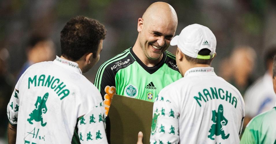 11.dez.2012-Marcos recebe homenagem de torcida organizada do Palmeiras antes do jogo de sua despedida do futebol no Pacaembu