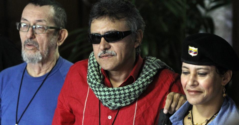 24.nov.2012 - O integrante das Farc, Seuxis Paucias Hernández Solarte, chega para mais uma rodada de conversas com o governo colombiano no Palácio das Convenções, em Havana, Cuba