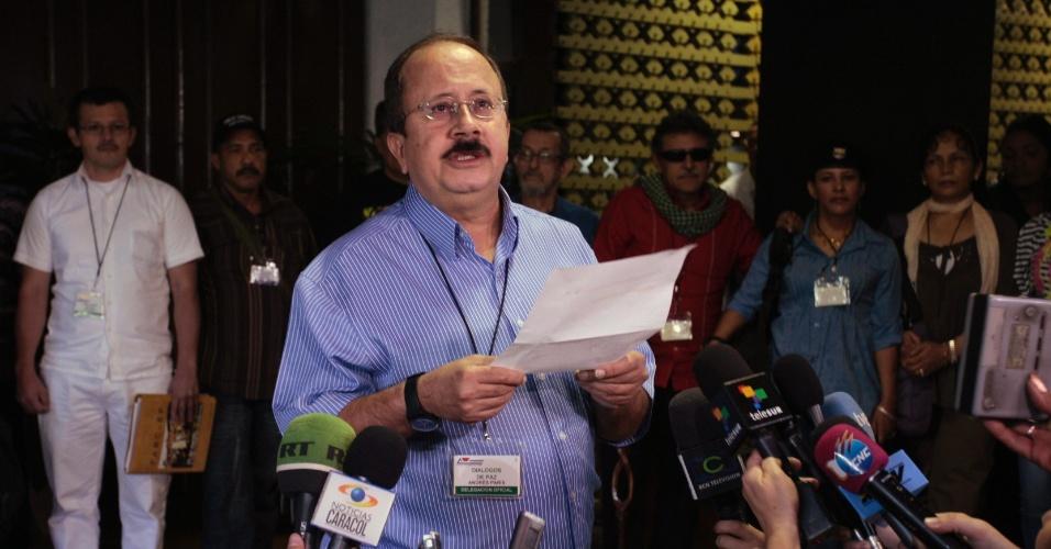 24.nov.2012 - O negociador das Farc, Andres Paris, lê uma declaração sobre as conversas entre os guerrilheiros e o governo colombiano em Havana, Cuba