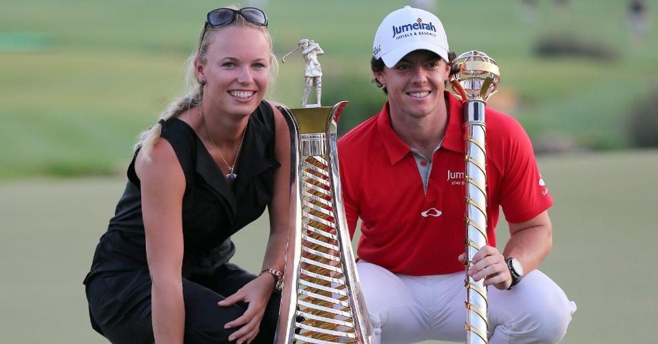 25.nov.2012 - Golfista McIlroy comemora a conquista de dois troféus em Dubai com sua namorada, a tenista Caroline Wozniacki