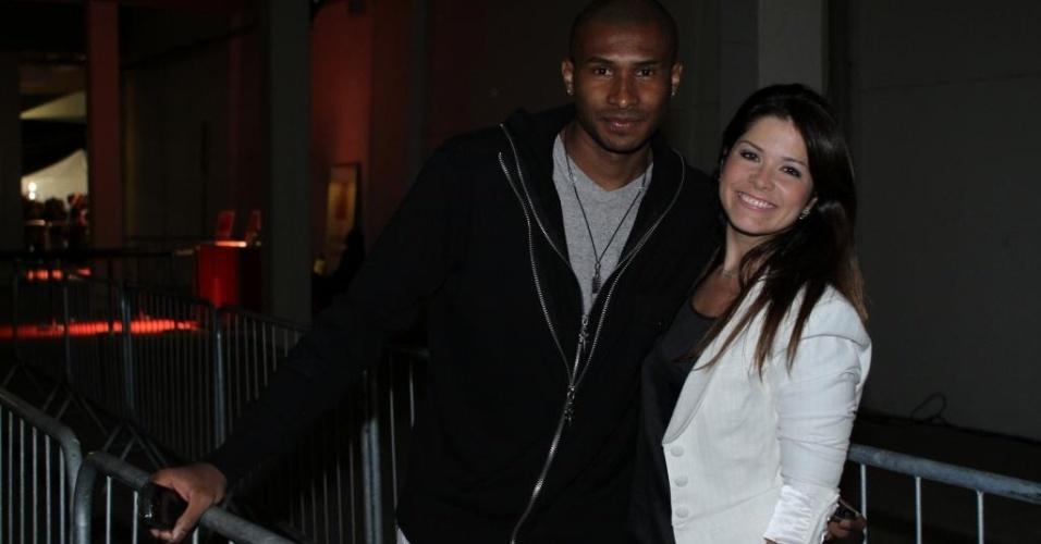 27.ago.2011 - Jogador de basquete Leandrinho e sua mulher, a atriz Samara Felippo, vão ao UFC Rio