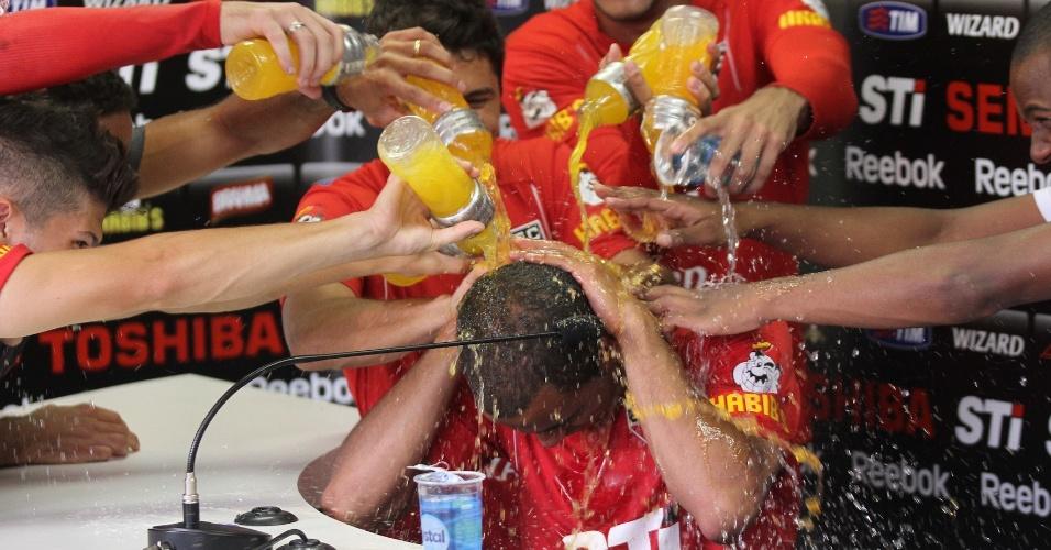 Companheiros de São Paulo jogam água e isotônico no meia-atacante Lucas durante sua entrevista coletiva