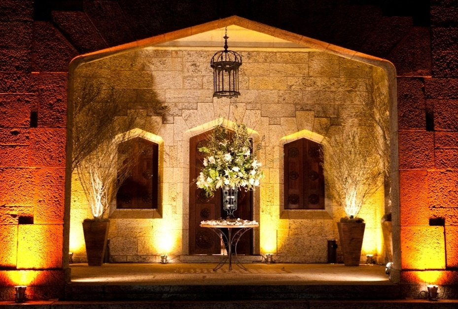 Entrada do Castelo de Itaipava (www.castelodeitaipava.com.br), que possui 42 cômodos, 19 quartos, diversos salões, bibliotecas, sala de música, halls, duas torres, diversos terraços, dependências para hóspedes, ala de serviço e galerias