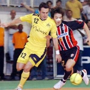 Falcão disputa bola com 'sucessor' Mithyuê ainda no futsal em 2006