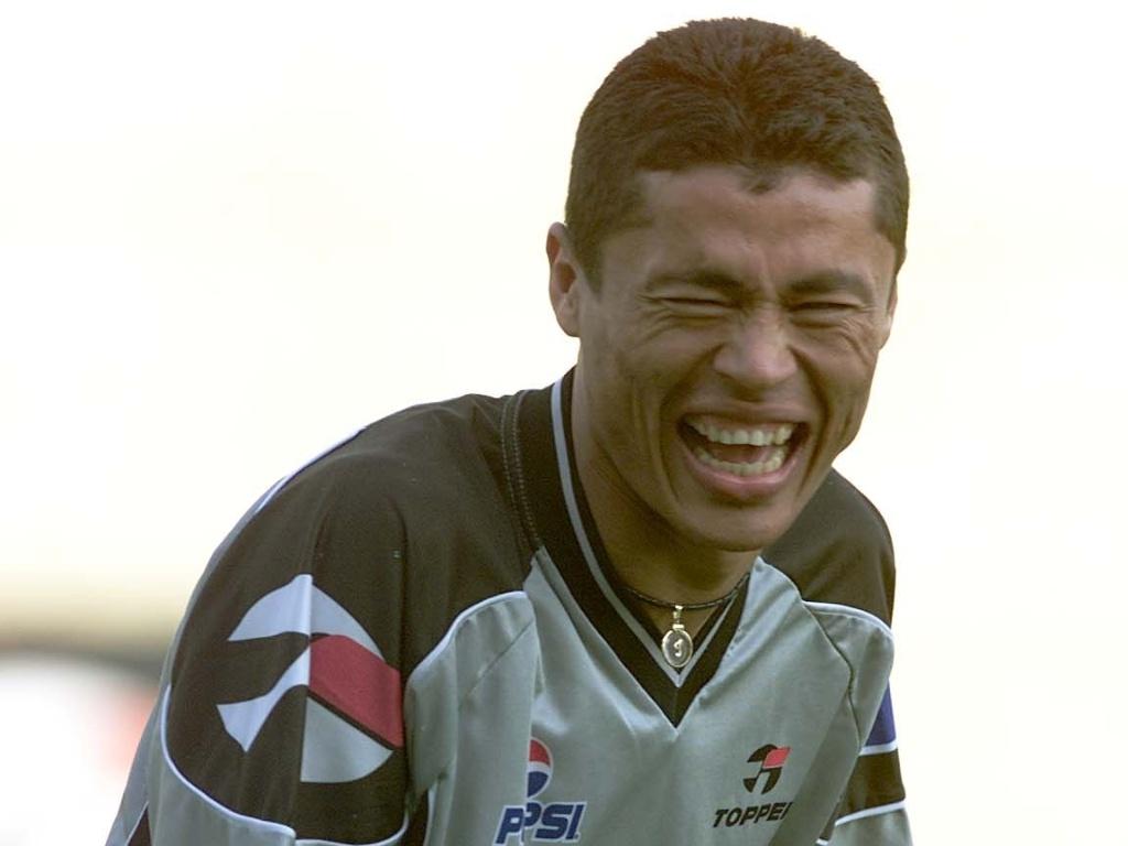 Índio, ex-lateral do Corinthians, sorri em um treino do time do Parque São Jorge em 2000