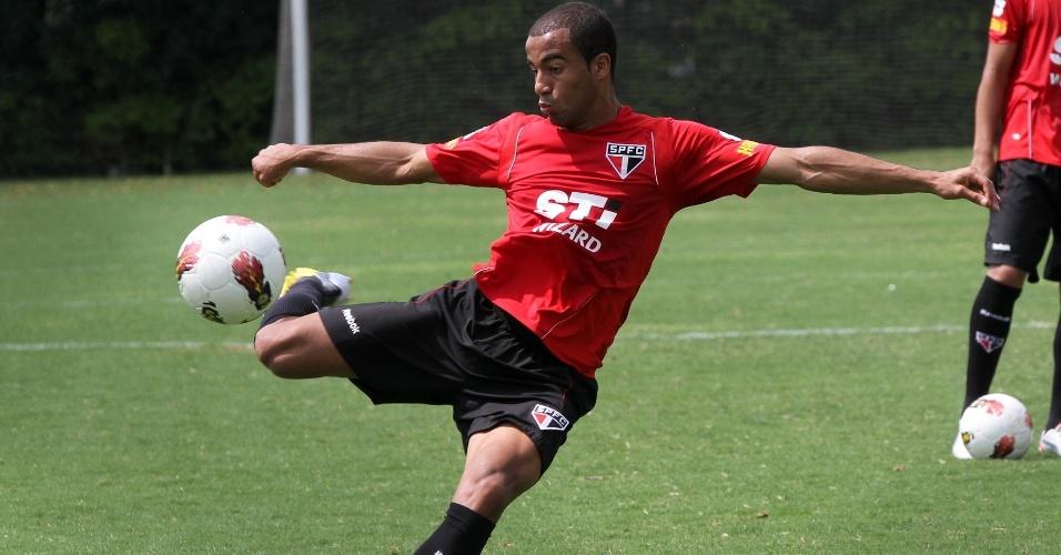 Lucas bate na bola durante seu último treino no São Paulo antes da final da Sul-Americana; jogador se apresenta ao PSG em 2013