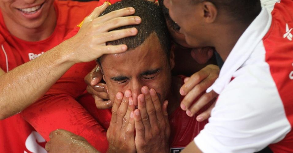 Lucas chora e é abraçado pelos companheiros de time durante sua entrevista no CT da Barra Funda