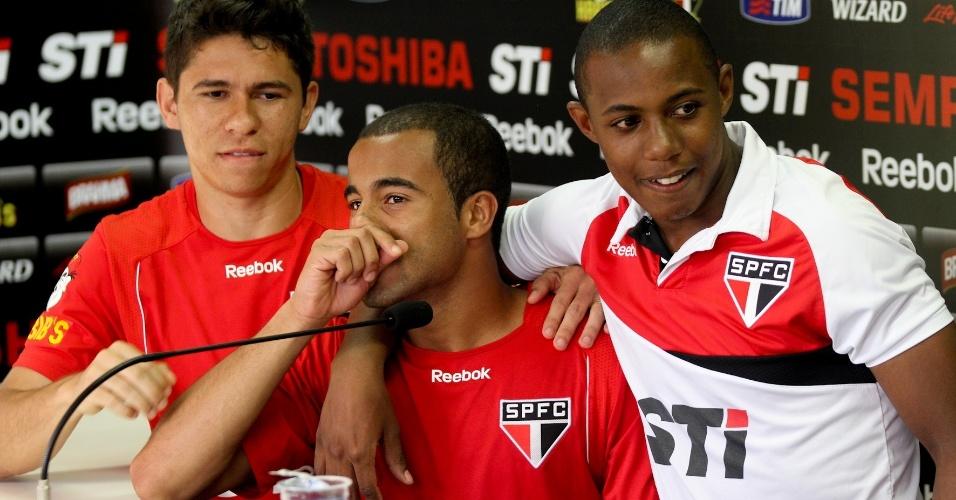 Lucas se emociona durante sua última entrevista coletiva como jogador do São Paulo ao lado de Wellington e Osvaldo