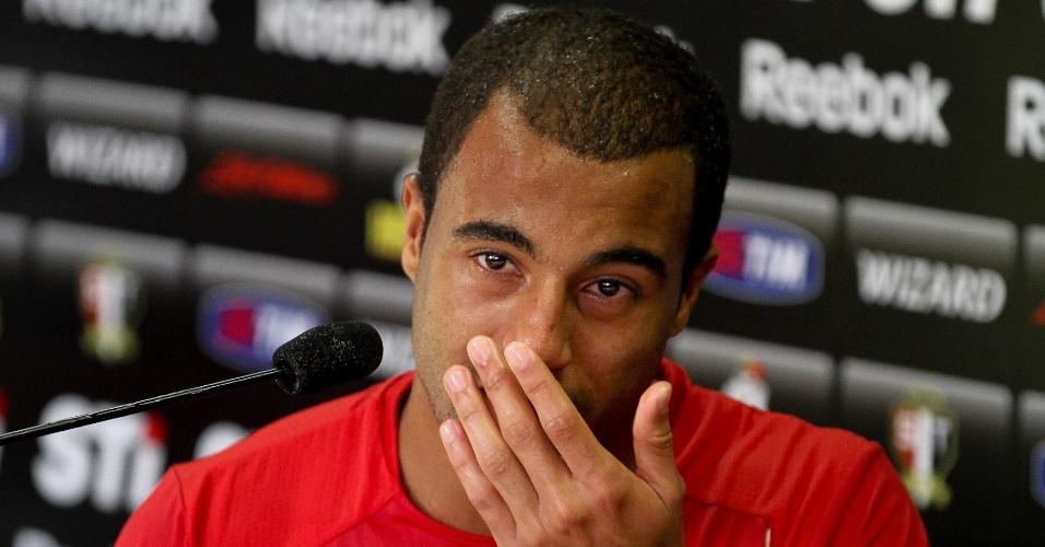 Lucas se emociona durante sua última entrevista coletiva como jogador do São Paulo; jogador se apresenta em 2013 ao PSG