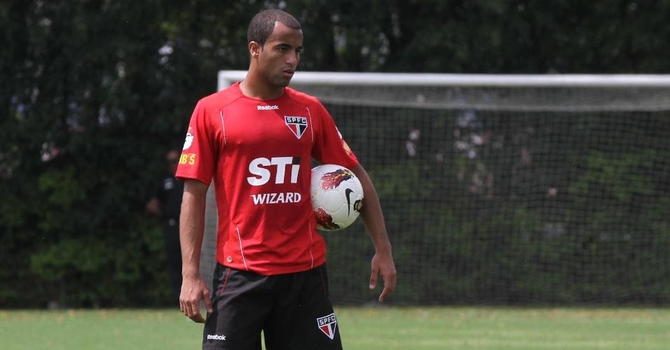 Lucas segura a bola durante seu último treino no São Paulo antes da final da Sul-Americana; jogador se apresenta ao PSG em 2013