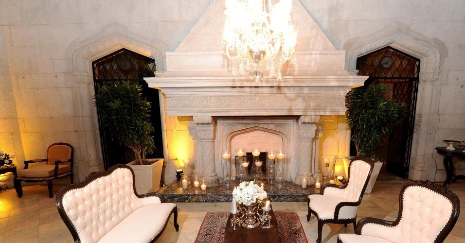 Na Sala da Lareira, do Castelo de Itaipava (www.castelodeitaipava.com.br), ambientes intimistas podem ser montados para os convidados durante a festa