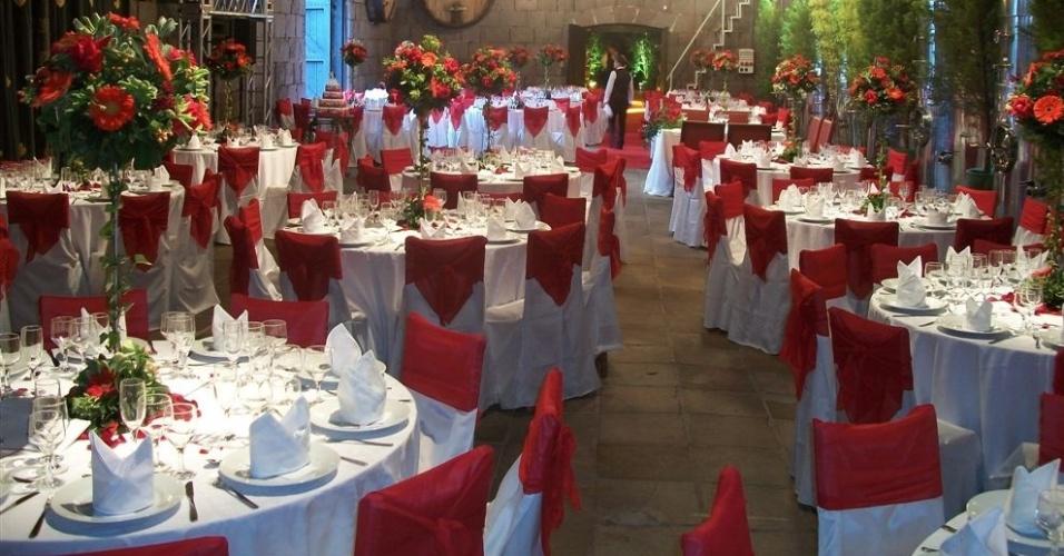 No Salão das Bandeiras do Castelo Lacave (www.lacave.com.br), os noivos podem optar por mesas redondas com toalhas brocadas brancas ou por mesas retangulares com toalhas brocadas na cor creme