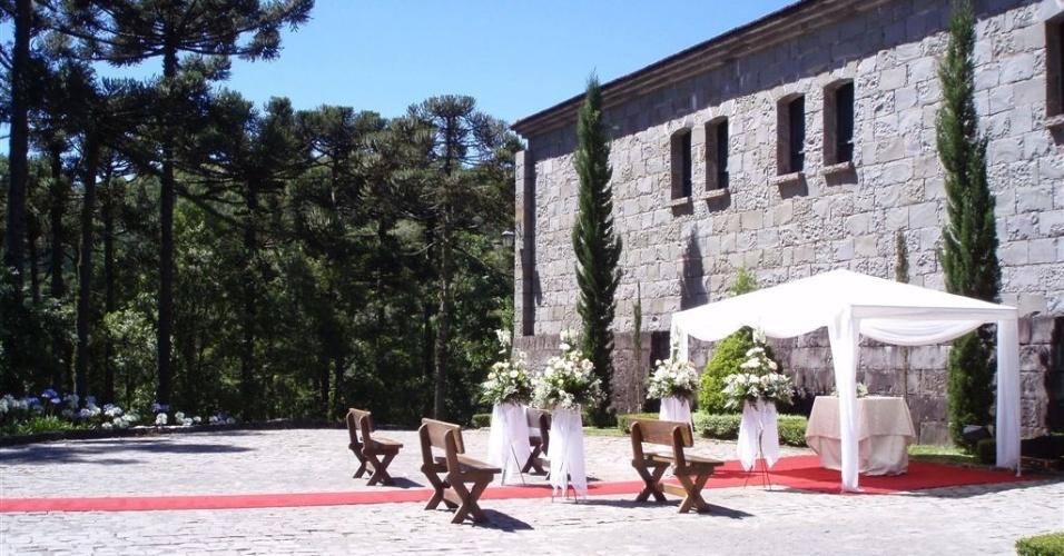 Para o serviço de alimentação, o Castelo Lacave (www.lacave.com.br) oferece diversas opções de cardápios de jantares e almoços, com serviço à inglesa. O valor do jantar varia de acordo com a escolha, mas costuma sair a partir de R$ 50 por pessoa