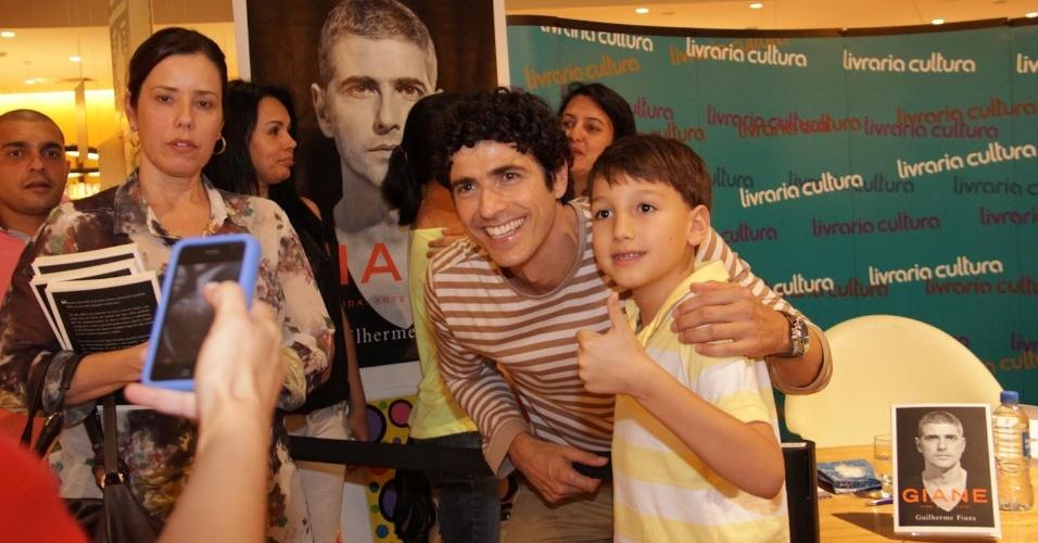 11.dez.2012 - Reynaldo Gianecchini tira foto com fãs durante o lançamento de sua biografia na Livraria Cultura, em São Paulo