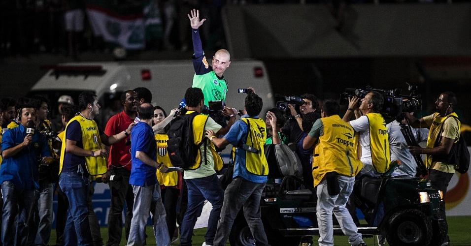 11.dez.2012- Marcos acena para a torcida palmeirense após seu jogo de despedida do futebol, no Pacaembu