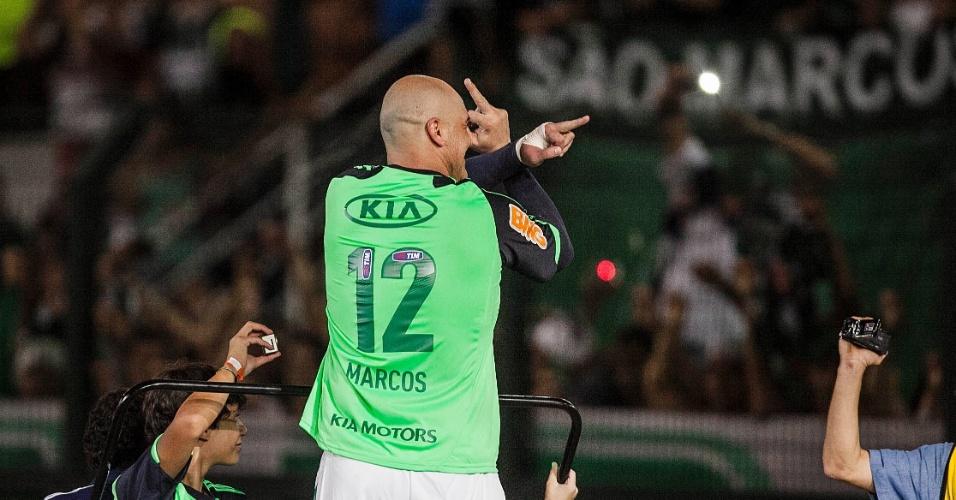 11.dez.2012- Marcos gesticula para a torcida palmeirense após seu jogo de despedida do futebol, no Pacaembu