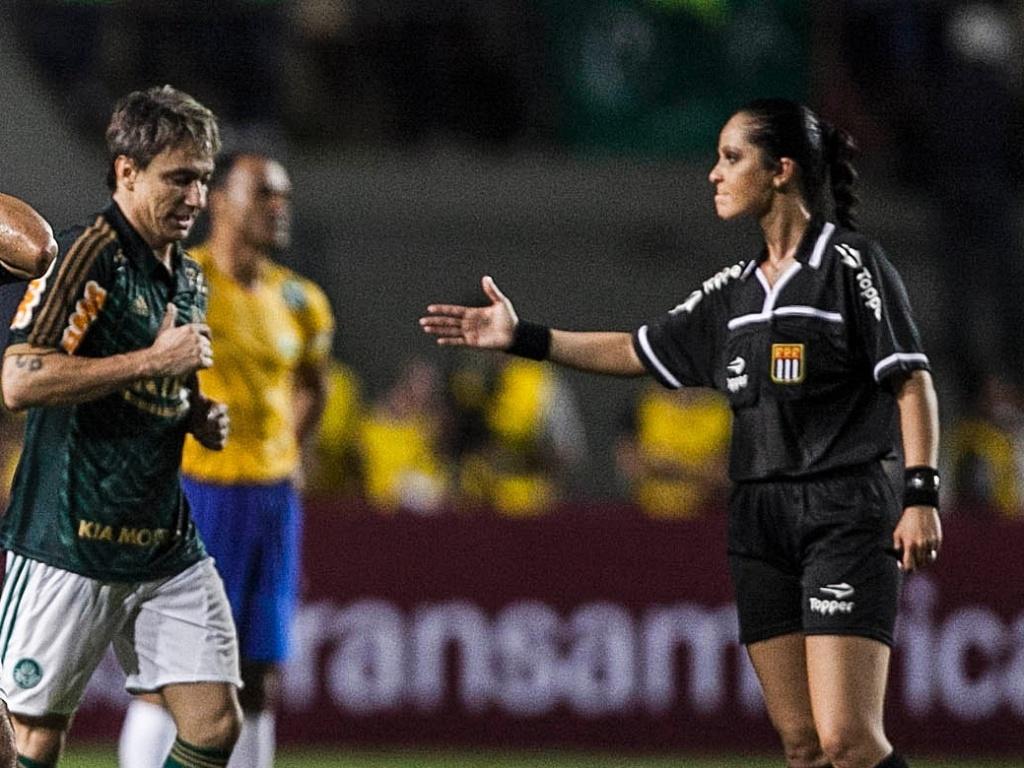 11.dez.2012-Edmundo reclama de marcação da árbitra Ana Paula Oliveira no amistoso de despedida do goleiro Marcos entre o Palmeiras de 99 e a seleção brasileira de 2002