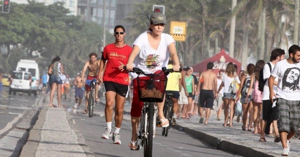 12.Dez.2012 - A atriz Maitê Proença aproveitou o dia bonito para pedalar na orla de Ipanema, Rio de Janeiro