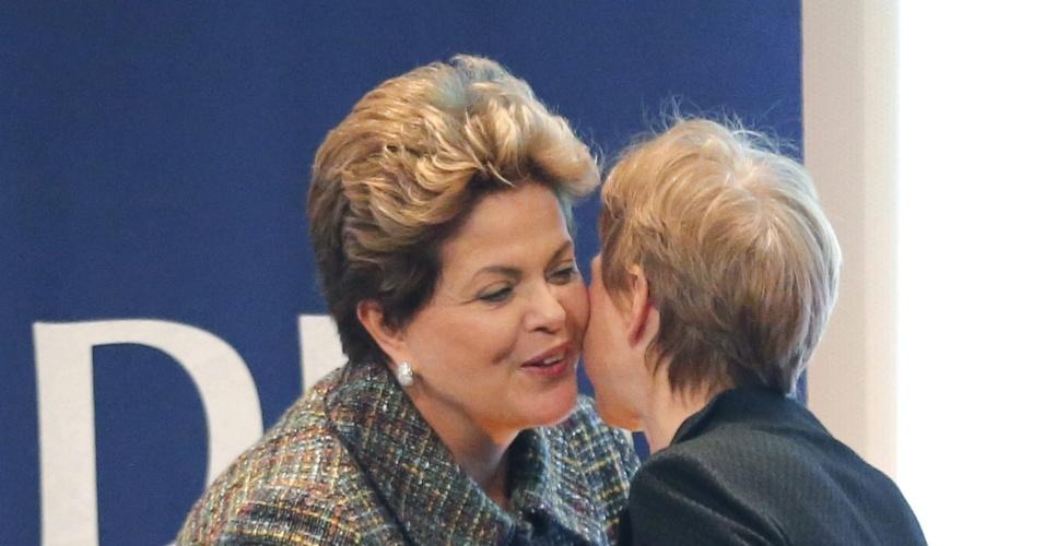 12.dez.2012 - A presidente Dilma Rousseff (esq.) cuprimenta a presidente do Movimento de Empresas da França (MEDEF), Laurence Parisot, durante encontro na sede do MEDEF em Paris