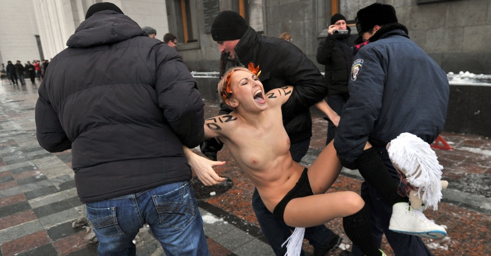 12.dez.2012 - Ativistas do grupo feminista Femen questionam a legitimidade do recém-eleito Parlamento ucraniano e fazem protesto em Kiev, capital do país