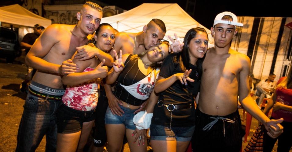 12.dez.2012 - Com churrasco, torcedores do Corinthians fazem festa na sede da Gaviões da Fiel durante a madrugada, aguardando a semifinal do Mundial de clubes