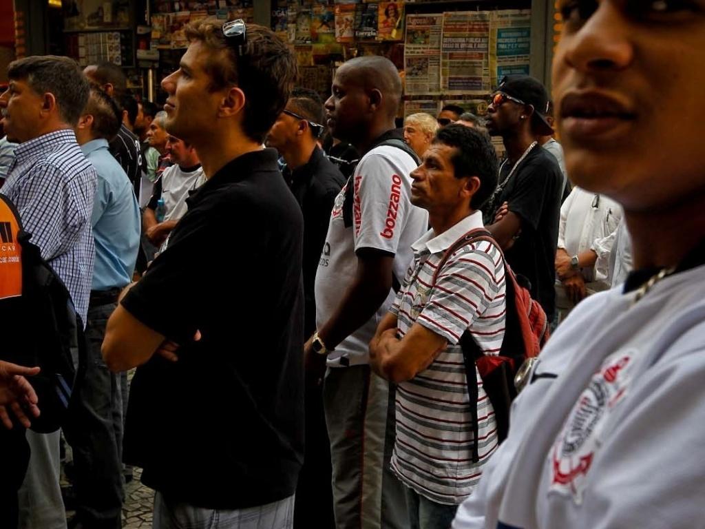 12.dez.2012 - Corintianos demostram tensão ao assistir o jogo contra o Al Ahly em um bar no centro de São Paulo
