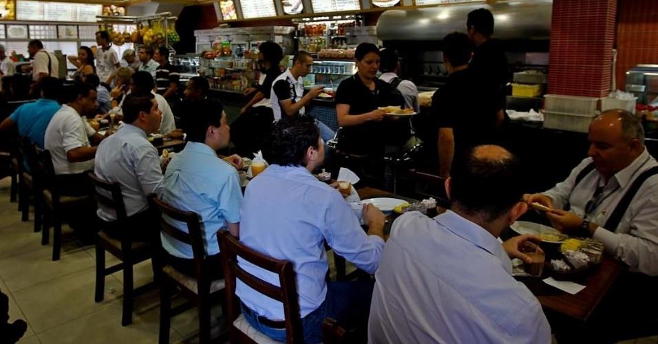 12.dez.2012 - Corintianos se reúnem em padaria no centro de São Paulo para assistir o jogo contra o Al Ahly