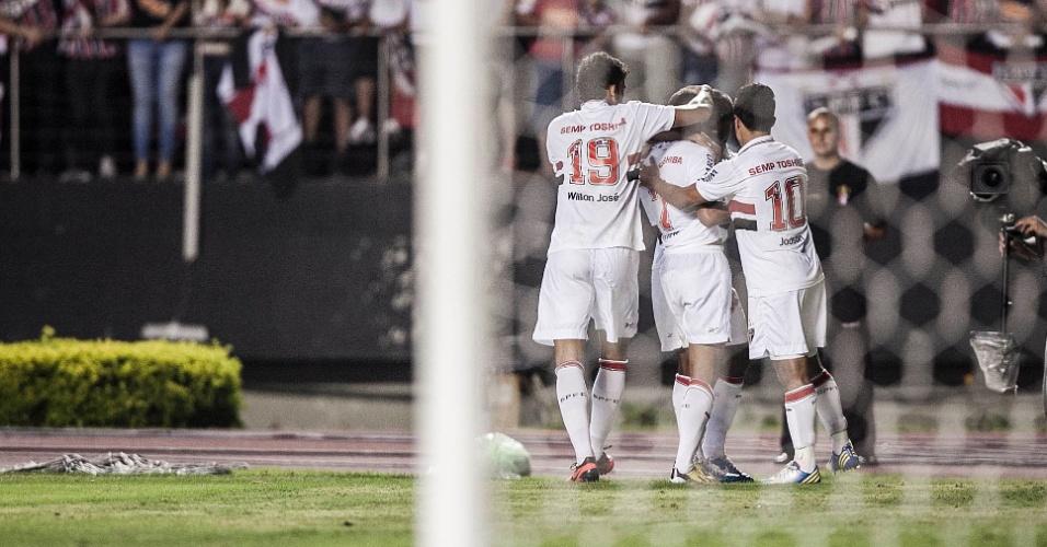 12.dez.2012 - Jogadores do São Paulo comemoram o gol marcado por Lucas contra o Tigre