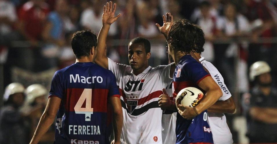 12.dez.2012 - Jogadores do Tigre confrontam Lucas, do São Paulo, e dão início à confusão no intervalo do jogo