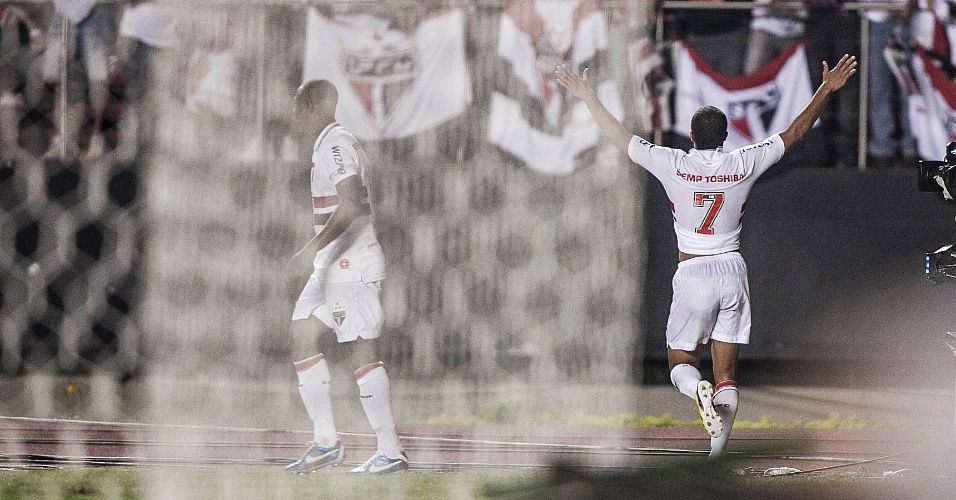 12.dez.2012 - Lucas comemora após marcar o primeiro gol do São Paulo contra o Tigre