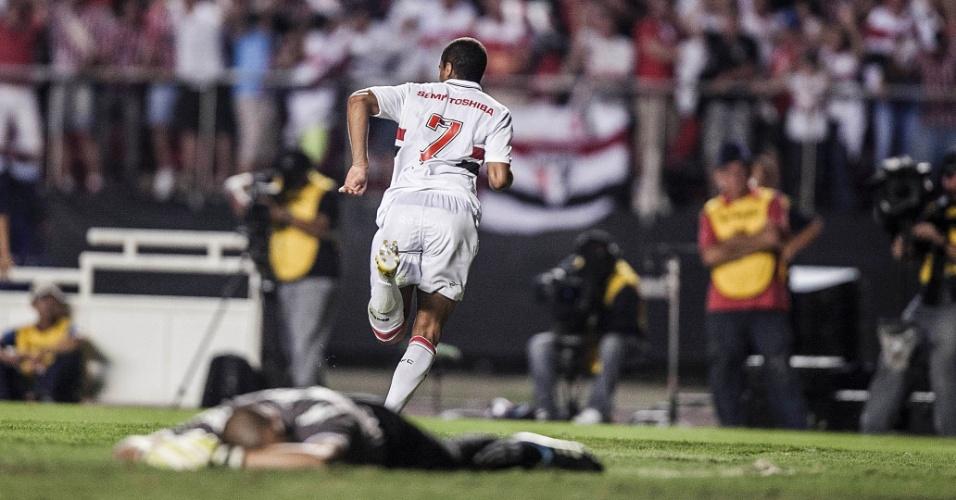 12.dez.2012 - Lucas corre para comemorar após abrir o placar pelo São Paulo contra o Tigre